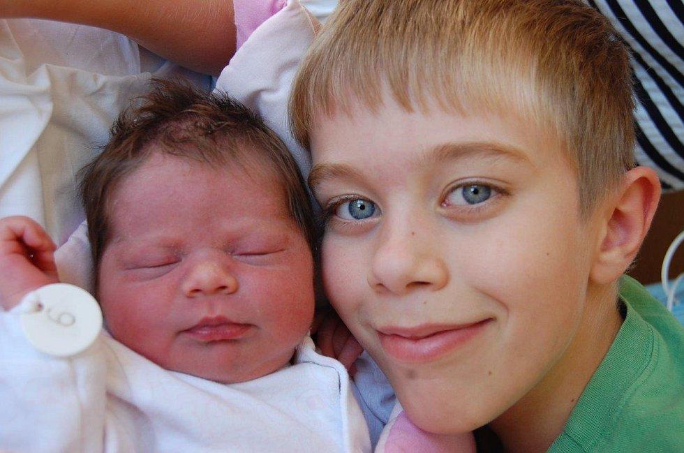 Nikolka Gabrielová může v klidu odpočívat v ochranné náruči velkého bráchy Lukáše. Narodila se mamince Gabriele Paduové dne 27. 8. ve 14:02 hodin v chomutovské porodnici. Měřila 54 cm a vážila 3,95 kg. Tatínek čeká na jejich návrat doma v Jirkově.