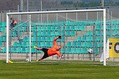 Chomutovský gólman Radek Zaťko na tuhle střelu nedosáhl. Meteor Praha střílí jediný gól utkání který znamenal nejtěsnější možnou výhru.