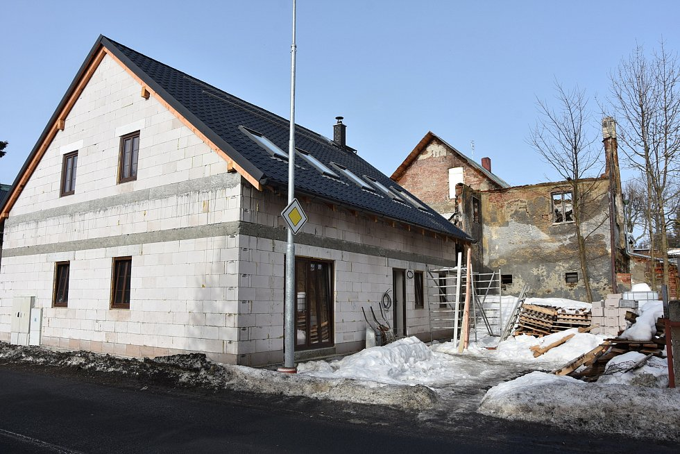 Tady stával hrázděný dům z 18. století. Po požáru rodina na stejném místě staví dům nový.
