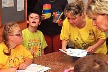 Handicapované děti si v základní škole v ulici 17. listopadu užívají pod dohledem zkušených pedagožek ruční práce, ale také čtou či si prohlížejí knihy.