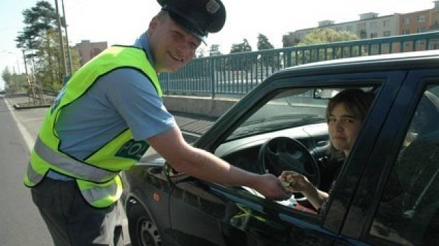 Preventista Petr Procházka z Policie ČR během čtvrteční akce na Kamenné v Chomutově.