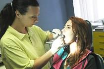 MÁ SVÉHO ZUBAŘE. Mladá pacientka Bětka Kovářová má štěstí. Má svého zubaře, kam chodí na pravidelné prohlídky. Tentokráte usedla do křesla dentální hygienistky Heleny Kovácsové.