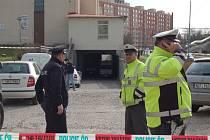 Auto pyrotechniků zajelo do suterénu obchodního domu, policisté zatím uzavřeli okolí.