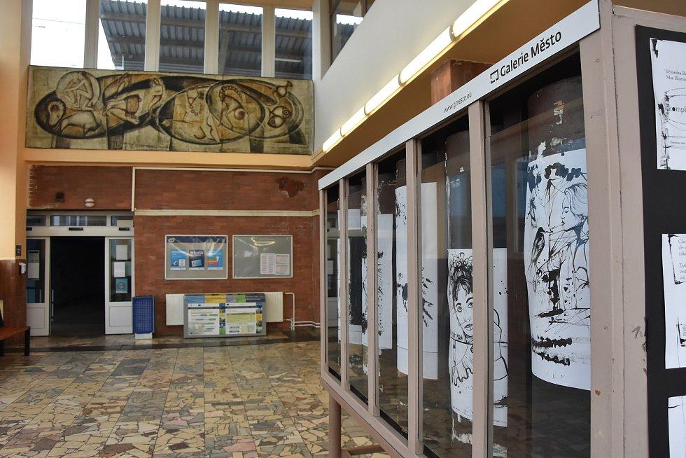 Vestibul chomutovské zastávky zkrášluje malá umělecká galerie. Stavební zásahy pozvednou na vyšší kulturní úroveň i budovu.