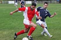 V posledním přípravném utkání zvítězil tým AFK LoKo (v červeném) v Černovicích 2 : 1.