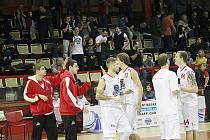 Jakub Kozubík (druhý zleva) slaví výhru nad USK Praha