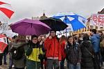 Studenti a žáci na kadaňském náměstí
