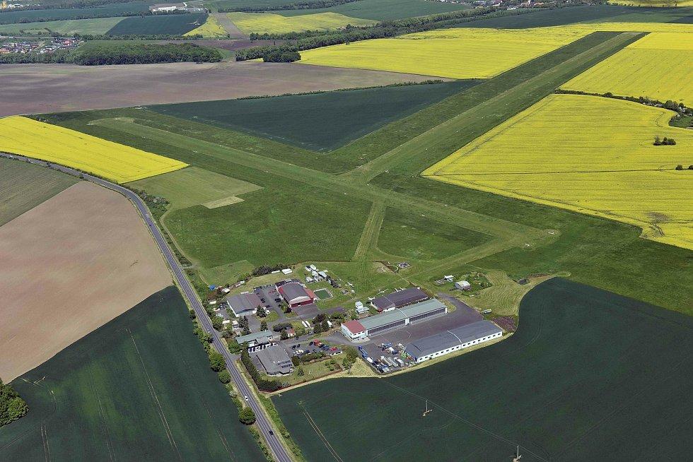 Letiště v Pesvicích, kam jsou srdečně zváni všichni zájemci o létání.