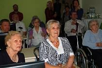 Senioři  v nově otevřené vzdělávací místnosti v Městském ústavu sociálních služeb Jirkov
