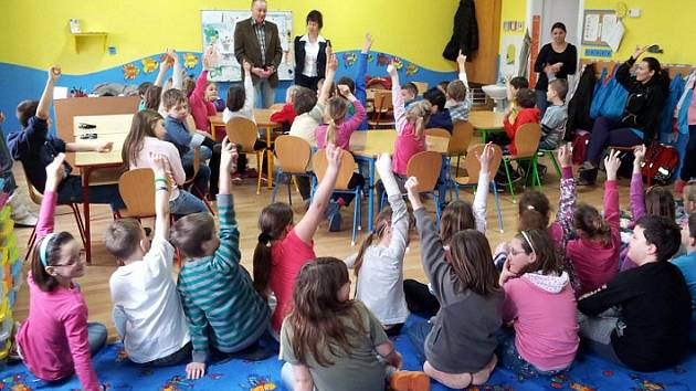 Vedení obce Březno u školáků.