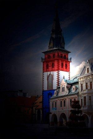 Na facebooku Nového Severu obarvili do trikolory chomutovskou městskou věž.
