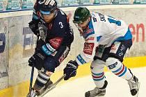 Dávid Skokan (vpravo) nosil v semifinále s Libercem zelenou přilbu pro nejlepšího hráče podle Radegast indexu