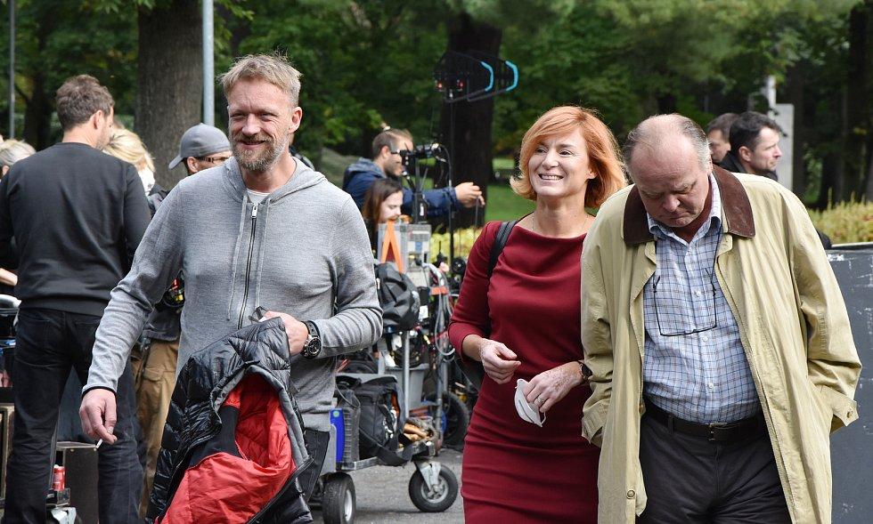 V bývalých chomutovských lázních natáčejí seriál o drogové mafii. Režisér a producent Viktor Tauš a herci Lenka Krobotová a Igor Bareš.