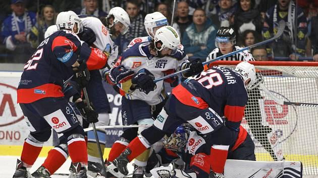 Chomutov (v modrém) prohrál v Kladně a začíná ztrácet na záchranu pět bodů.