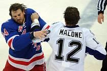 V zámoří jsou hokejové bitky naprosto běžnou součástí zápasů.