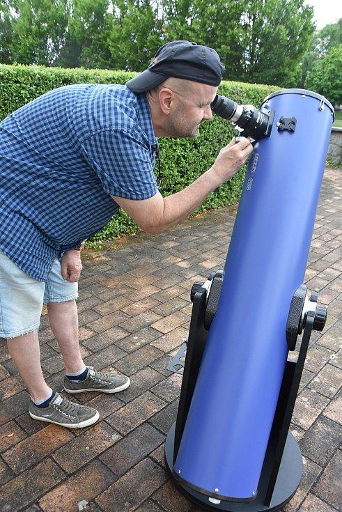 Petr Beníček s 20centimetrovým zrcadlovým teleskopem, kterému říká Drobek.