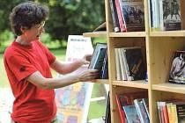 Chomutovští čtenáři měli štěstí na slunečné počasí. Možnost odpočinout si po celodenním shonu či nákupech s knihou v rukou v příjemném prostředí parku uvítali.