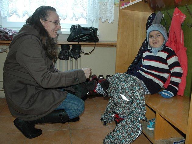 RYCHLE DOMŮ. Maminka Hana Kristeková obléká pětiletého Filípka, aby společně mohli jít ze školky domů. Možná už za několik týdnů nebudou muset nikam spěchat. Jirkov nyní pomocí dotazníků zjišťuje, jaký by byl zájem o prodloužení provozní doby mateřinek.