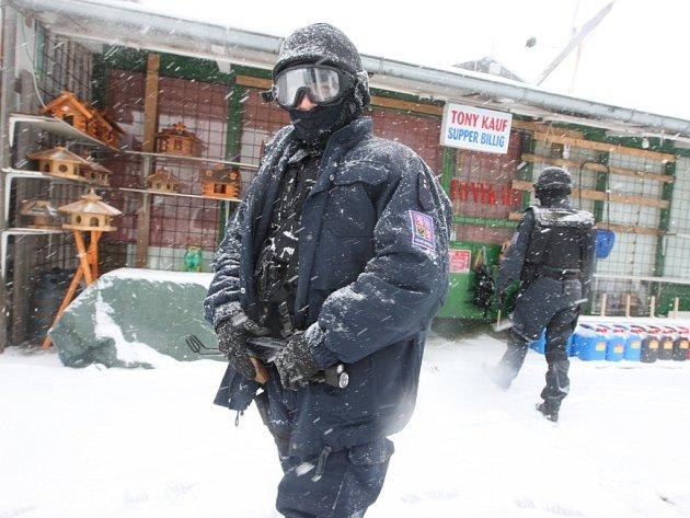 Celní stráž v úterý v poledne obsadila tržnici na Hoře Svatého Šebestiána na Chomutovsku. Celý areál celníci uzavřeli a obehnali páskou. Stánky nyní hlídá speciální skupina celníků se samopalem v ruce.
