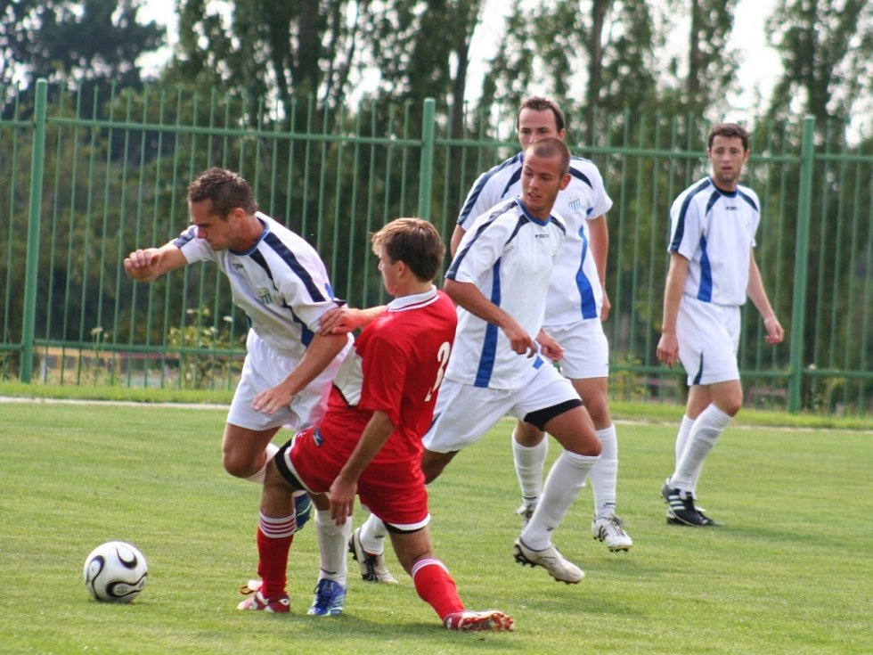 Fotbalisté Loko Chomutov (v bílém) a FK Tatran Kadaň.