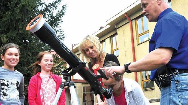 Na snímku se na páteční částečné zatmění Slunce připravují děti z Kroužku Astronomie v ZŠ v Havlíčkově ulici pod vedením Jaroslava Landy z Czech Astronomical Society.