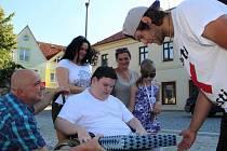 Milan předává Stanislavovi Hrzinovi notebook, na který se také vybralo v rámci projektu Cesta proti bolesti.