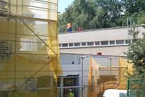 Tak to vypadá také na 2. základní škole v Jirkově. Zadní vchod do školy, kudy se chodí také do školního bazénu, obklopuje lešení. Celá škola se má totiž přes léto zateplit. Kromě prací na fasádě se také opravuje střecha.