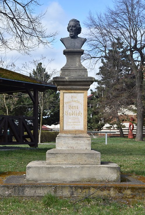 Na hrušovanské návsi stojí socha na počest Hanse Kudlicha - lékaře, politika a osvoboditele sedláků, který podal během revolučního roku 1848 v rakouském Říšském sněmu návrh na zrušení poddanství.