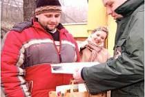 Mluvčí zooparku Martin Pilař, na snímku vpravo, předává upomínkové předměty 222 222. návštěvníku za rok 2006.