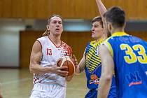 Zkušený basketbalista BK Levharti Chomutov Luboš Stria (s míčem).