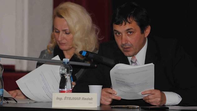 STARONOVÝ STAROSTA JIRKOVA Radek Štejnar (ČSSD) může pokračovat v práci v čele Jirkova. Místostarostkou mu bude stejně jako v posledních dvou letech Dana Jurštaková (ODS).