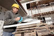 Stavebníky nyní čeká budování kanalizace a vnitřních zařízení.