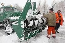 Silničáři odstraňovali sníh ze silnic za pomoci radlic.