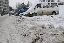 Písečná - opět hráz sněhu, kterou člověk musí překonat, aby zaparkoval.