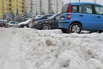 Písečná. Od pohodlného zaparkování dělí řidiče bariéra sněhu.