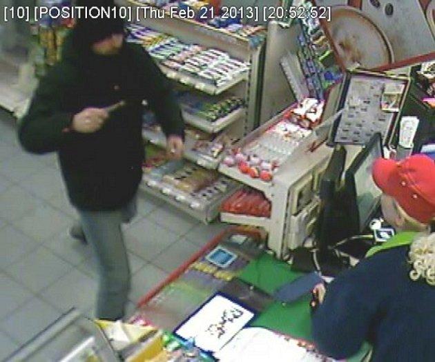 Muž přišel na čerpací stanici s nožem v ruce. Odešel s nepořízenou a policie po něm teď pátrá.