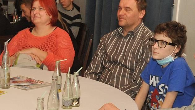 Matěj (vpravo s rouškou) se jako mladý plavec byl i s rodinou podívat také na vyhlášení ankety Nejúspěšnější sportovec Chomutovska.