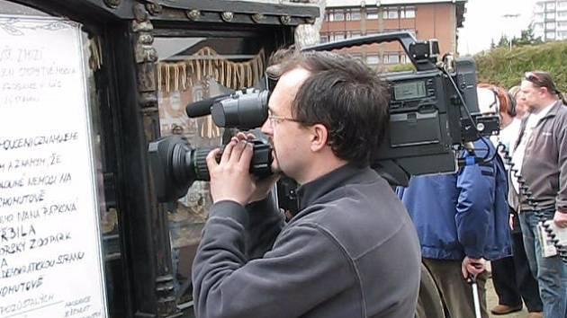 Kameraman České televize při natáčení reportáže. Na akci Den s Deníkem v Chomutově.