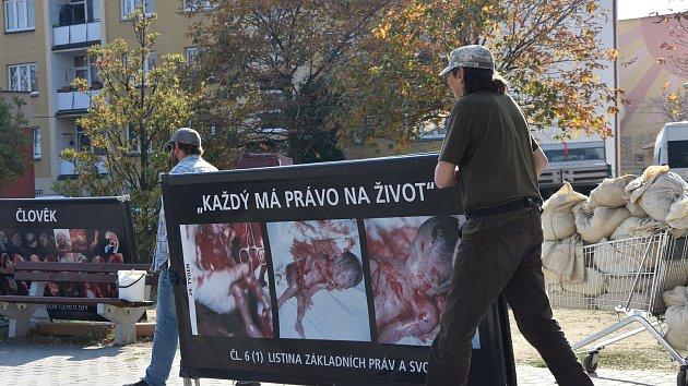 Protestní akci sdružení rozpustila městská policie. Dobrovolníci sice panely s drsnými snímky složili, po odjezdu strážníků jimi ale obložili petiční stánek uprostřed chodníku na Palackého ulici.
