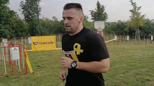 Odsouzení z Věznice Všehrdy startovali na běhu se žlutou stužkou v lesoparku Řepy.
