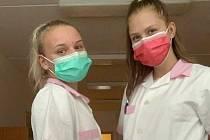 Již 14 dní pomáhají v Nemocnici Chomutov Petra Henychová a Veronika Kiliková ze třídy ZA4.