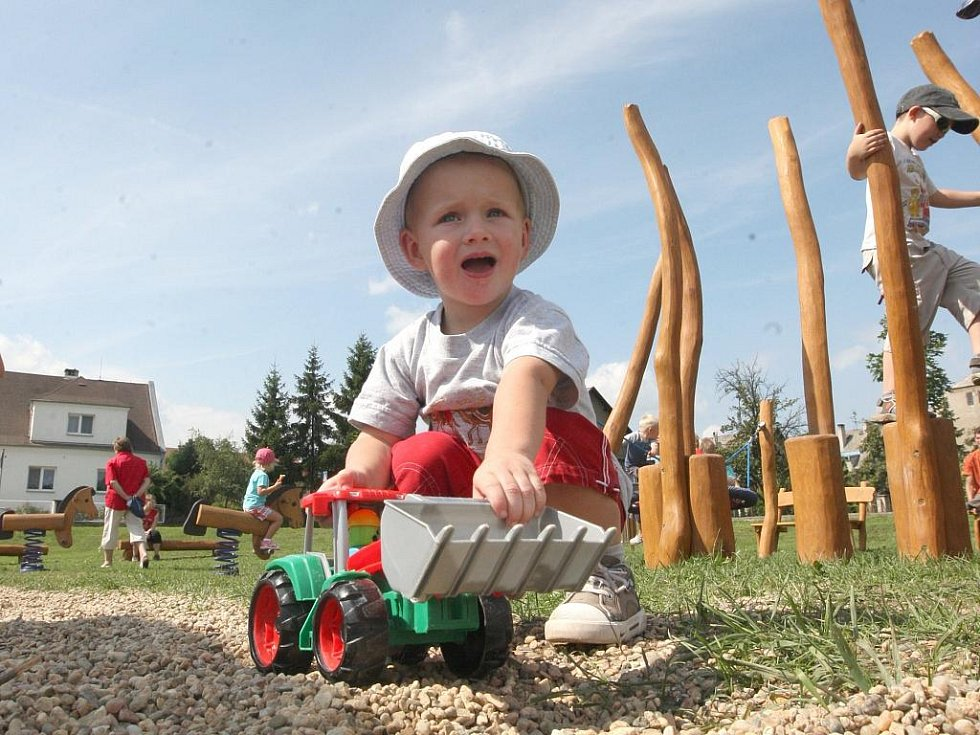 Na novém hřišti se líbí i nejmenším dětem.