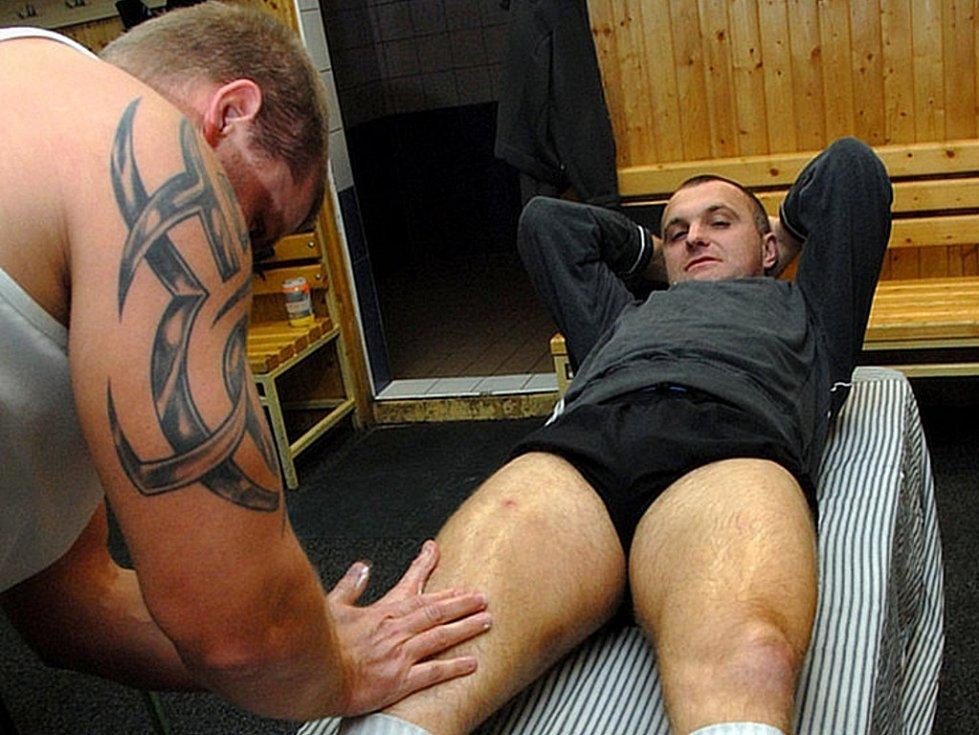 Robert Reichel v péči maséra Radka Mrázka. Nepotřebuje toho moc, ale zahřát svaly před tím než se půjde na led se rozhodně vyplácí.