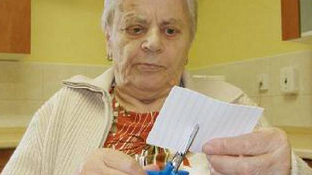 STŘÍHÁNÍ. Emilie Bláhová byla loni v lednu jedna z prvních klientek odlehčovací služby. Na snímku střihá pomocí speciálních nůžek papír a procvičuje si tak pohyblivost rukou a prstů.