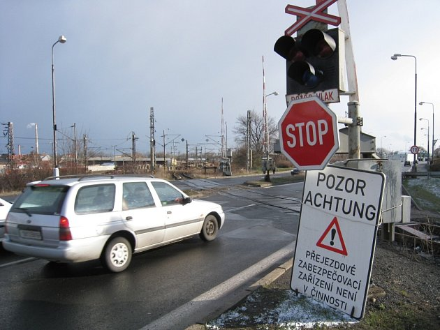 Výstražné zařízení na přejezdu na silnici I/13 už několik dní nefunguje.