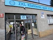 Celozávodní dovolenou má nyní až 400 zaměstnanců podniku Strojírny ZKL Klášterec nad Ohří na Chomutovsku. Důvodem dočasného zastavení výroby je spor někdejšího majitele firmy, koncernu ZKL a.s. a skupiny HTC,