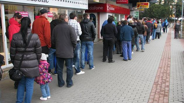 Fronta v zadním traktu Palackého ulice, u prodejního místa Invia.
