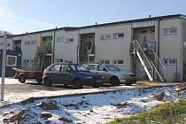 Bytový komplex je nově oplocený. Má chránit nájemníky před častými krádežemi vzhledem k umístění objektu v odlehlé části města. Zabrání také dětem, aby se pohybovaly v blízkosti silnice.