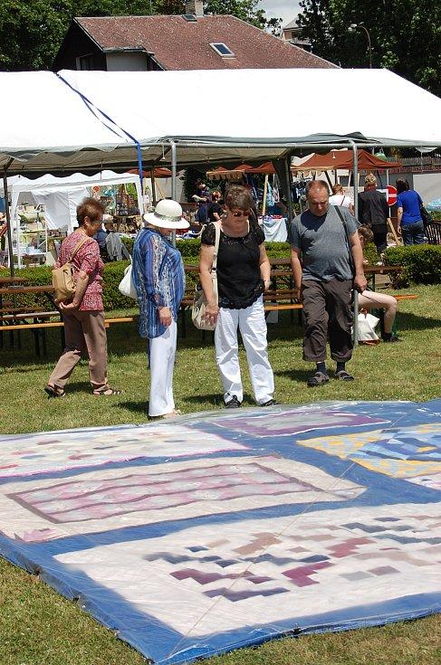 V klášterním parku předvedly své výtvory milovnice patchworku.