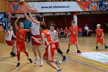 Minižáci BK Chomutov (v bílých dresech) v utkání proti Lounům.